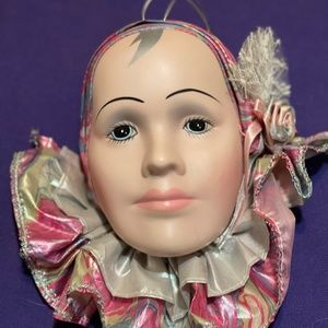 Clown face decorated with ruffles